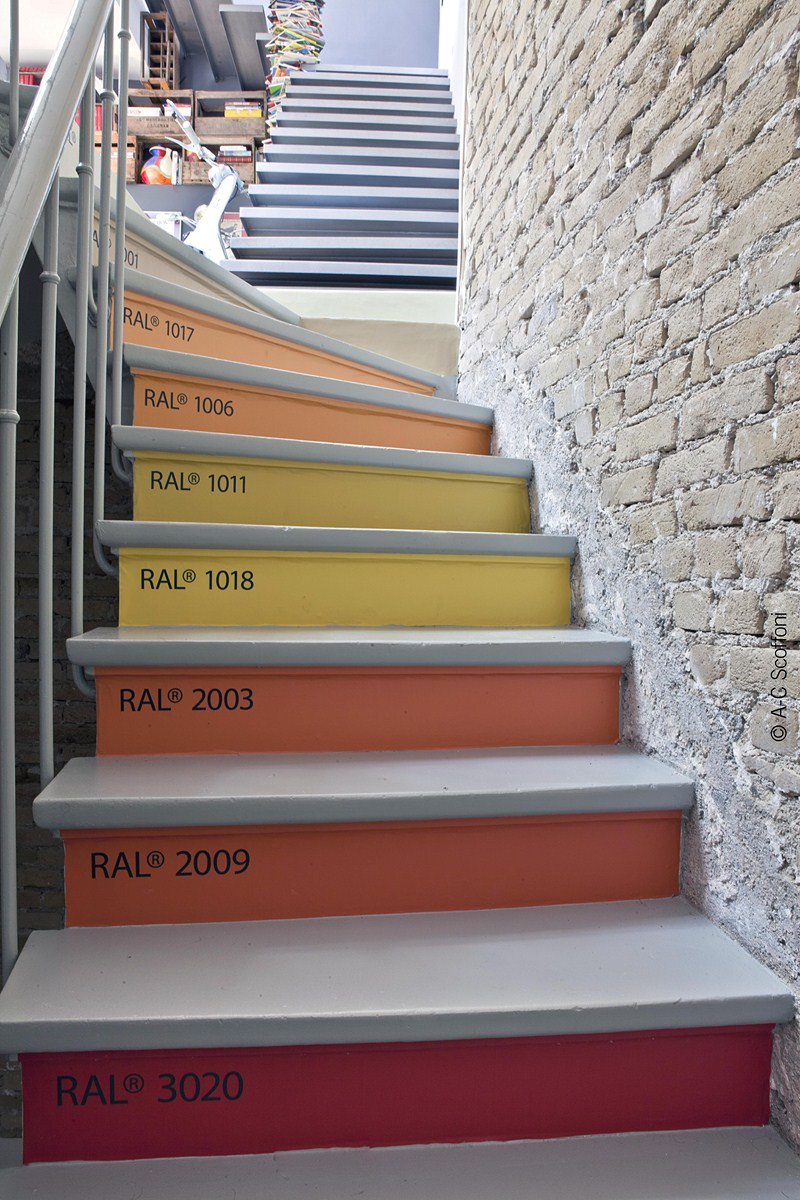 Decordemon colorful loft in paris for Escalier decor