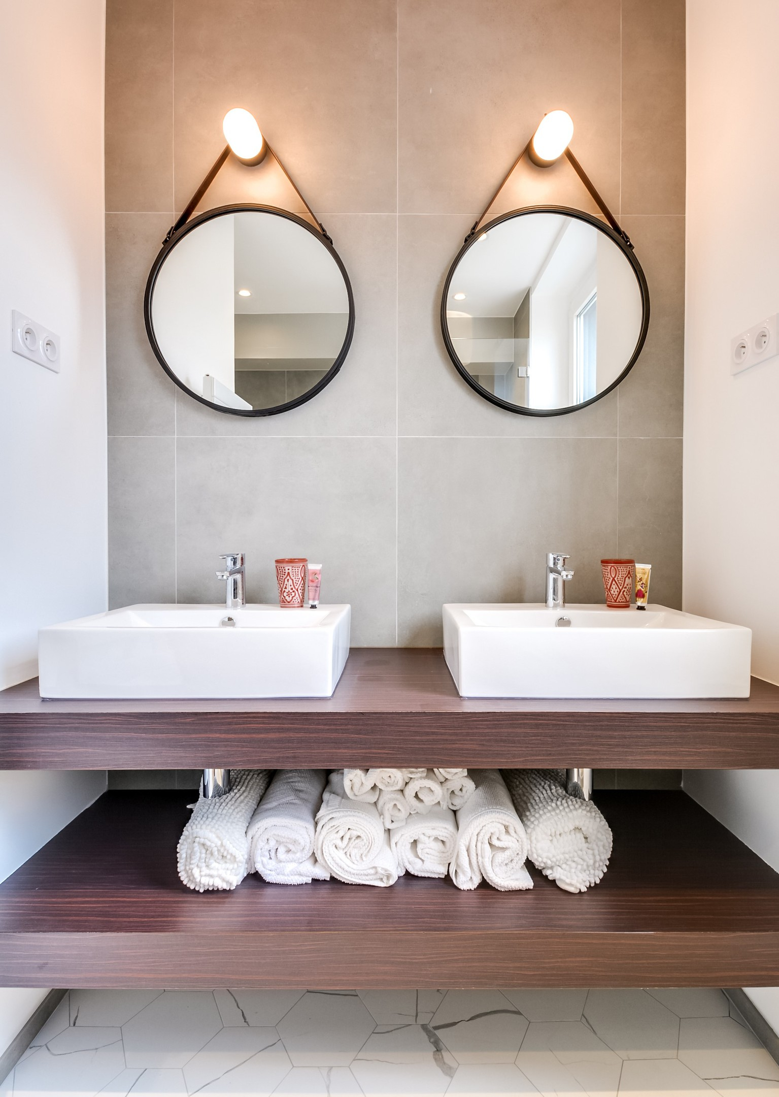 Un appartement r nov paris planete deco a homes world - Miroir salle de bain rond ...