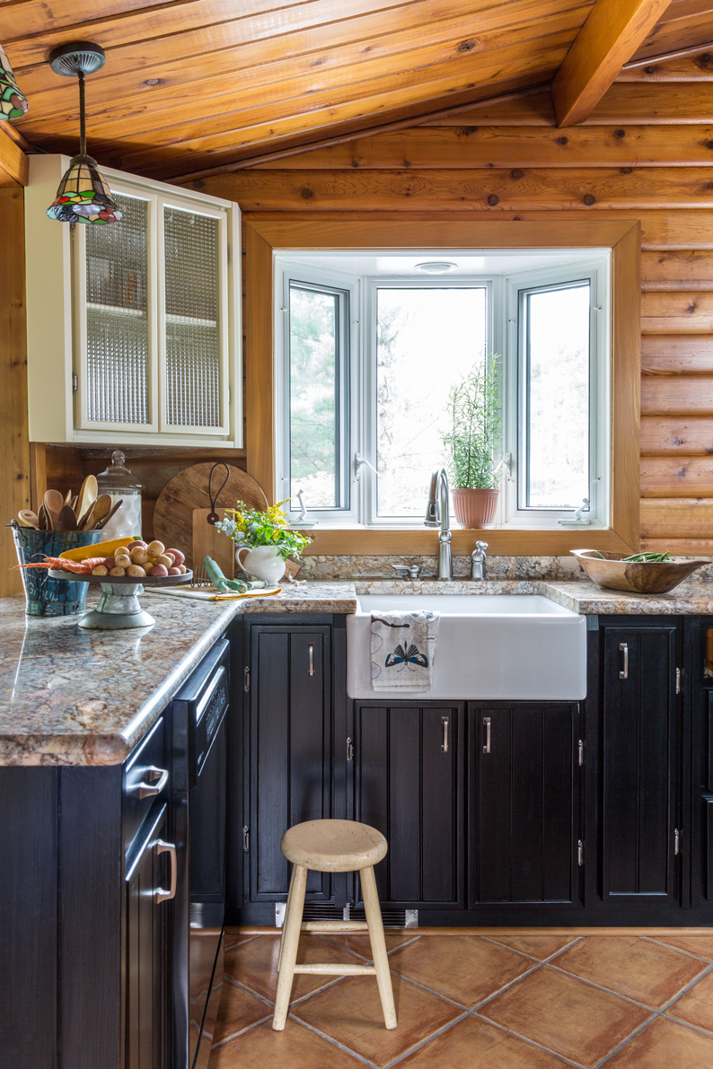 Kitchens With Wood Paneling: Une Cabane En Rondins Au Canada