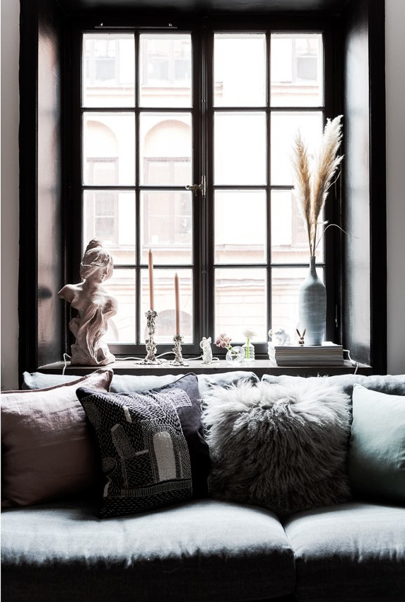 of a century old building on the walls and fittings to obtain a studio different from the others where the impression is practically that of a loft